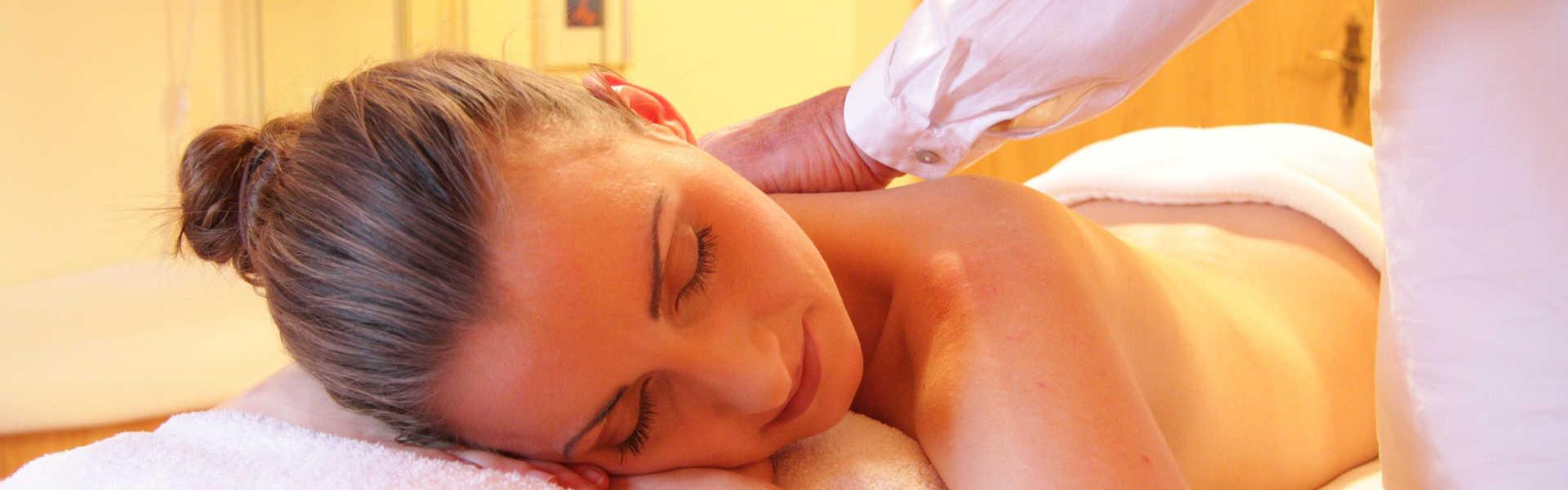 Frau liegt entspannt auf Liege-Massage, phaidros.org, Hypnose