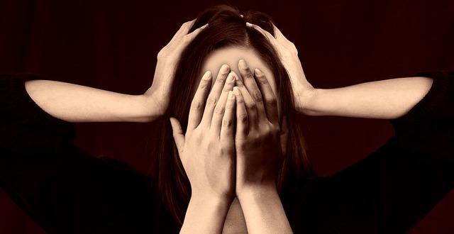 Frau mit Spannungskopfschmerz, Kopfschmerzen, Stress. Hypnose. phaidros.org