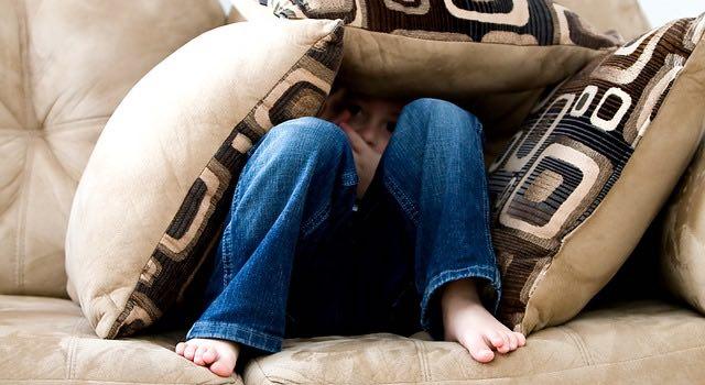 netflix Depressionen Kind auf dem Sofa