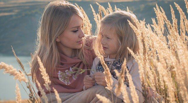 Körperkontakt Berührung Mutter Kind